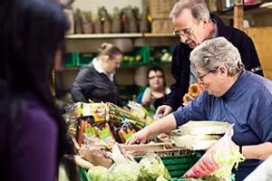 Préparation de la distribution de nourriture par nos bénévoles dans les locaux des Cartons du Cœur à Yverdon